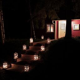 Zweden-Lapland-Harads-Loggers-Lodge-nacht-lampjes-ingang-lodge