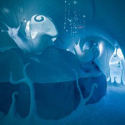 Zweden-Lapland-Jukkasjarvi-icehotel-sfeerfoto-ijssculpturen-slakken