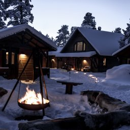 Zweden-Lapland-Kiruna-Fjellborg-Arctic-Lodge-kampvuur-avondfoto